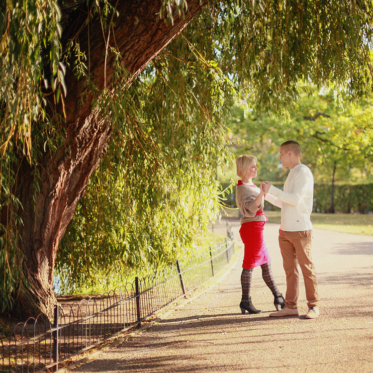 Love_engagement_photo_shoot_London_Regents_park_autumn_fall_003