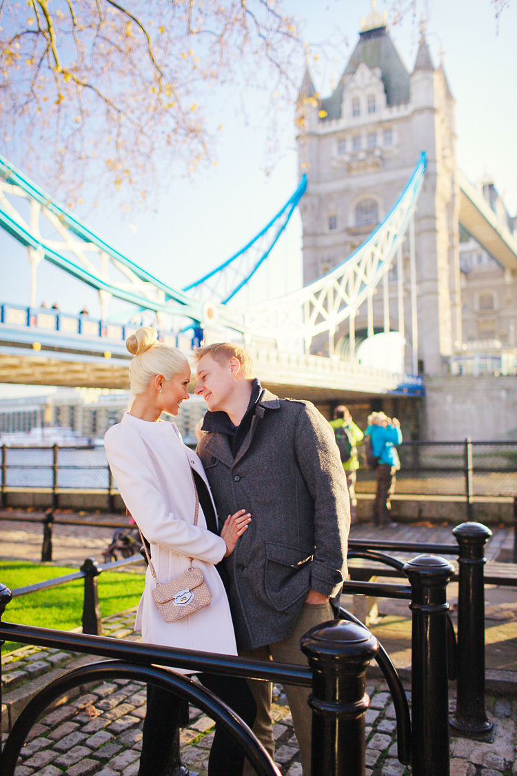 love-story-engagement-photoshoot-london-autumn-tower-bridge-st-katharine-docks_01