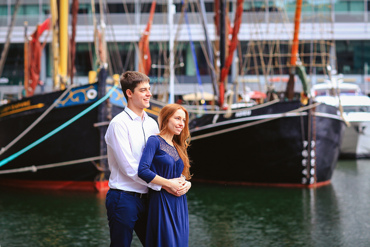 engagement pre wedding couple love story photo shoot london tower bridge st katharine docks red heart balloons (2)