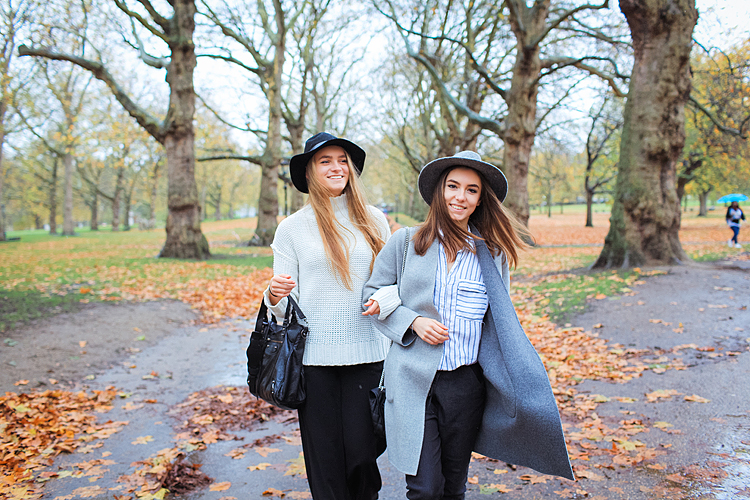 friends portrait london outdoor street style photo shoot fashion rainy day westminster big ben carnaby street green park winter piccadilly (1)