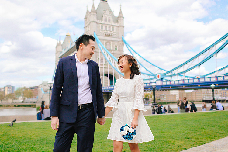 pre wedding engagement couples photo shoot tower bridge London spring love (1)