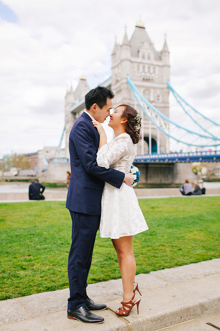 pre wedding engagement couples photo shoot tower bridge London spring love (2)