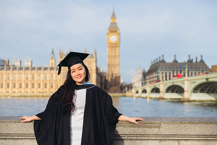 graduation london photo shoot portrait outdoor Big Ben Westminster street style (2)